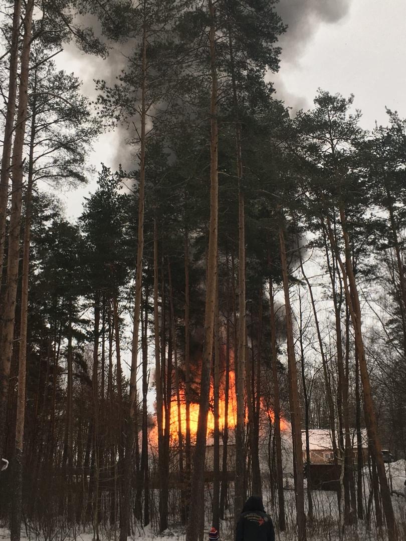 В Токсово возле курорта «северный склон» горит дом!