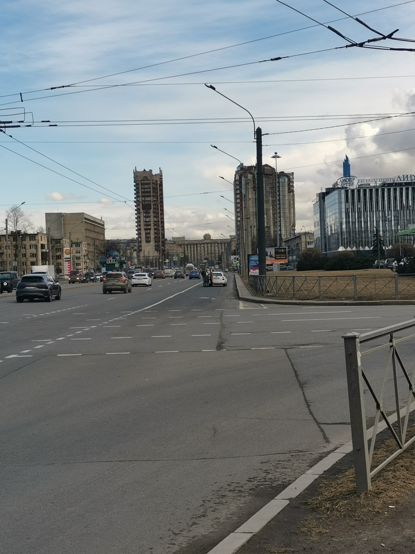 На площади Конституции белая Лачетти зацепила Крузак