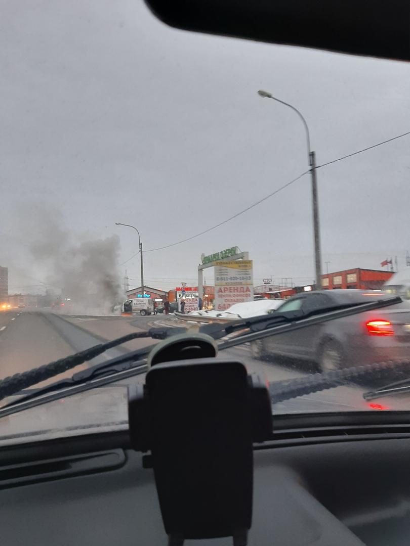 На Выборгском шоссе 212 загорелся Peugeot (через 80 метров после выезда из автосервиса, где производ...