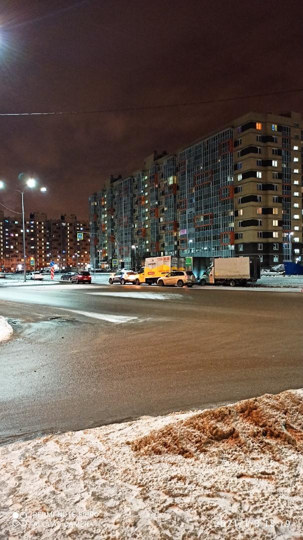 Несоблюдение дистанции и скоростного режимов в Мурине на перекрестке бульваров Менделеева и Воронцов...