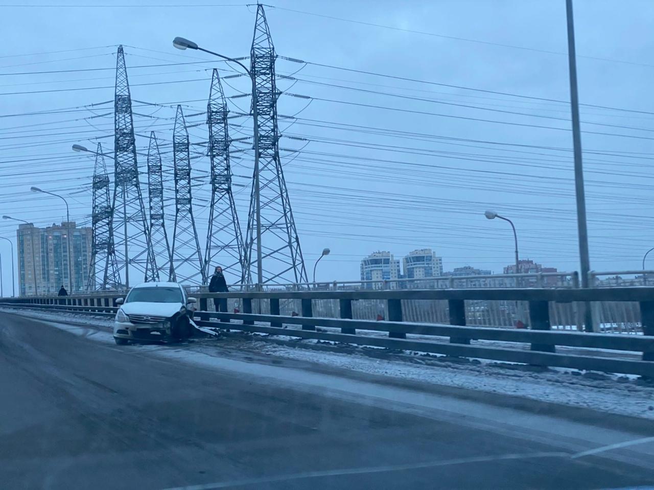 На Российском путепроводе водитель Альмеры сам себе устроил аварию с отборником. В этом месте очень ...
