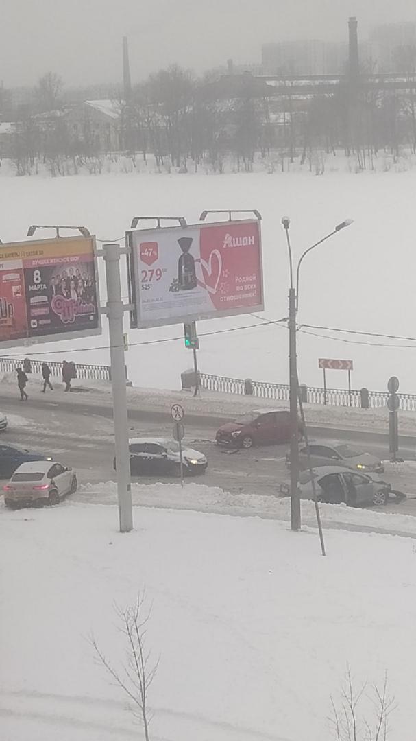Авария на пересечении Октябрьской Набережной с улицей Крыленко.