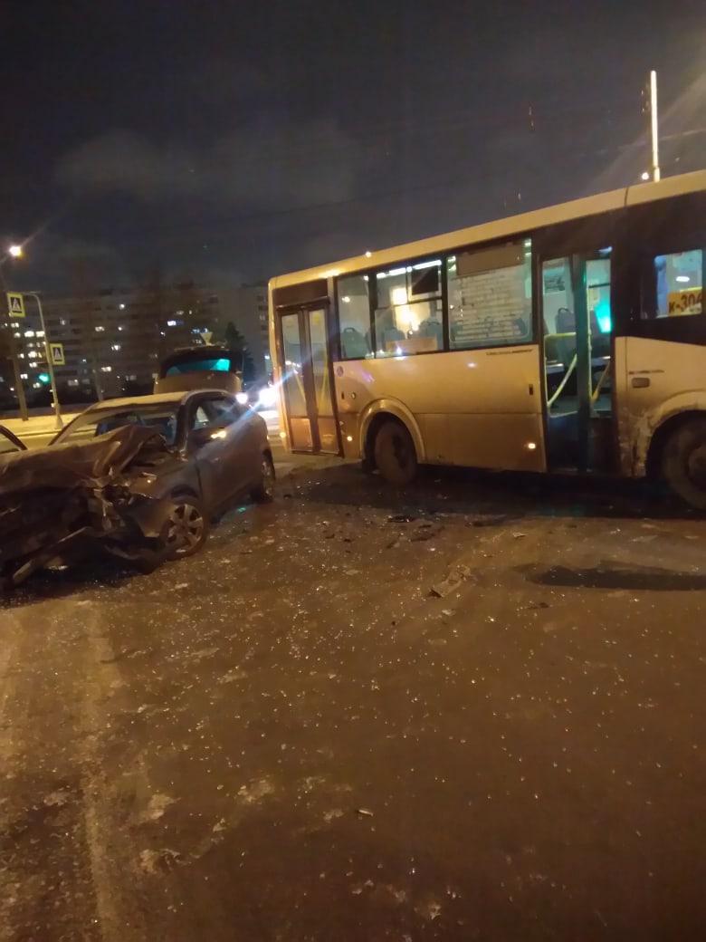 На перекрестке Ветеранов и Здоровцева столкнулись легковушка и маршрутка К-306.