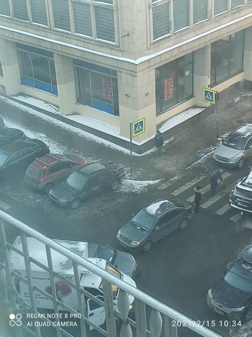 Трое не поделили равнозначный перекресток Фонтанной и Баскова. Разъезд затруднен.