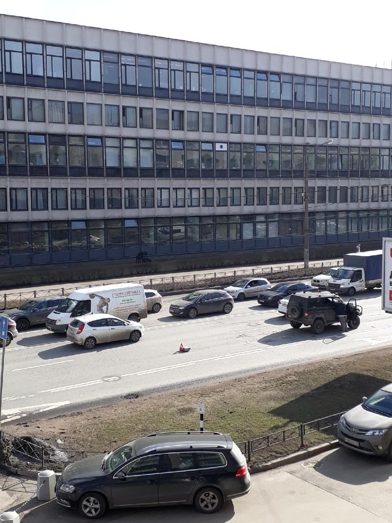 Занят средний ряд на Кантемировской в направлении от пл. Климова к Кантемировскому мосту, напротив д...