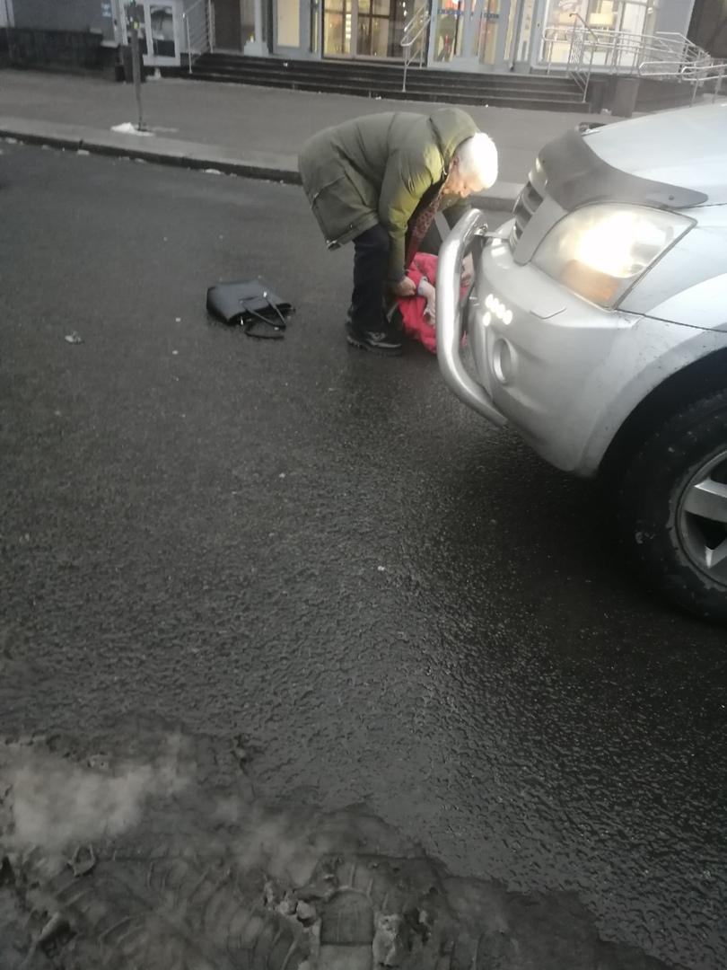 Сегодня в 11 часов дня на парковке станции метро Ладожская мужчина сбил девушку.