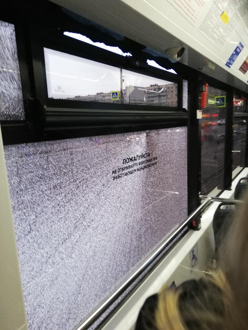 На проспекте Культуры в трамвае №100 разбилось стекло. Предположительно стреляли из пневматического ...