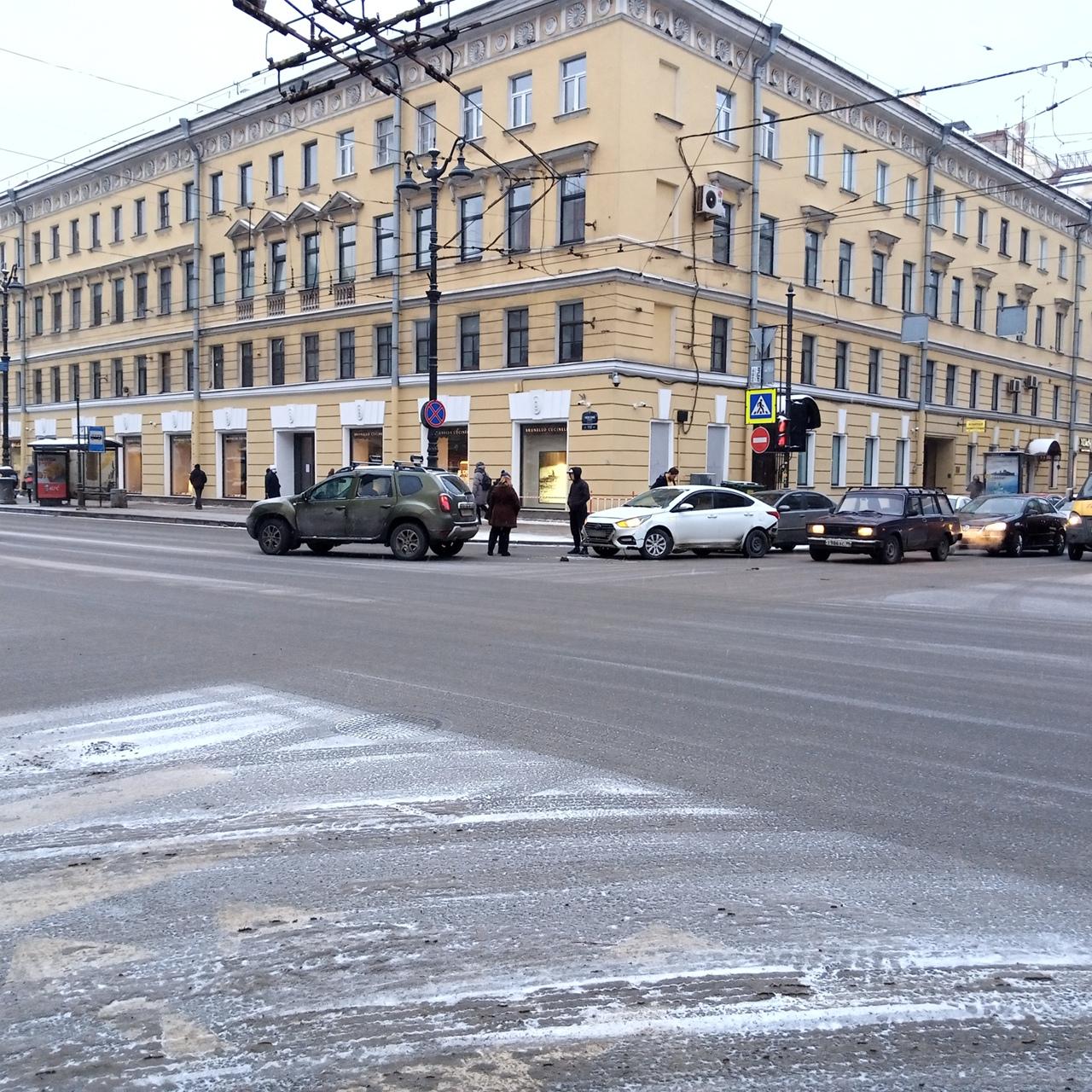 Поворачивая со второго ряда направо с Полтавской улицы на Невский, Дастер срезал траекторию и помял ...