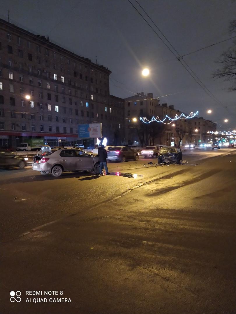 Авария на проспекте Стачек, напротив парка 9 января в сторону метро Нарвская стоят 3 машины, и 4-ый ...