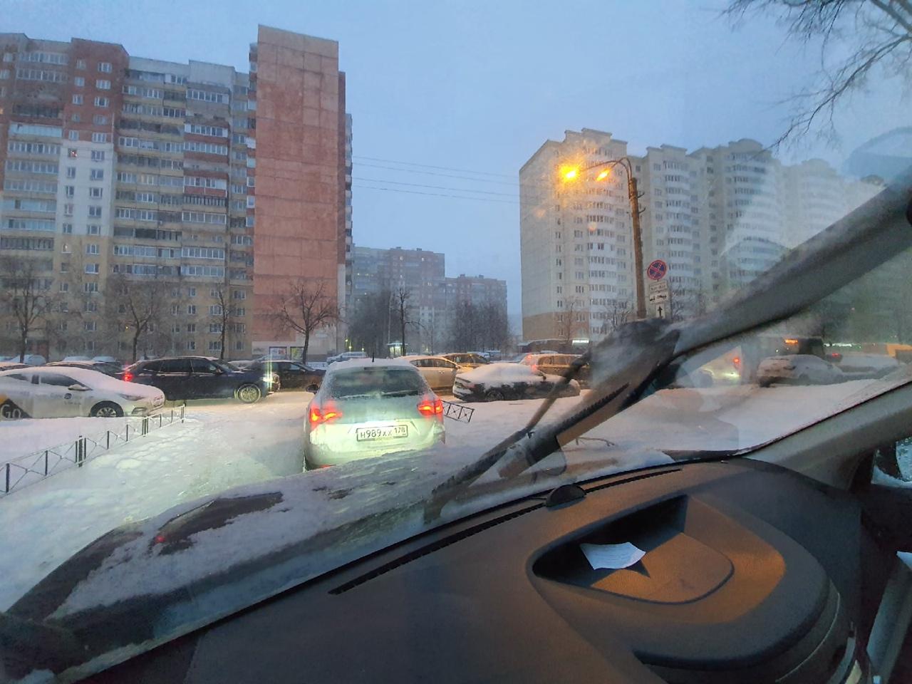 На перекрёстке М. Жукова и Ленинского пр. Не работает светофор. Пешеход пытается регулировать колла...
