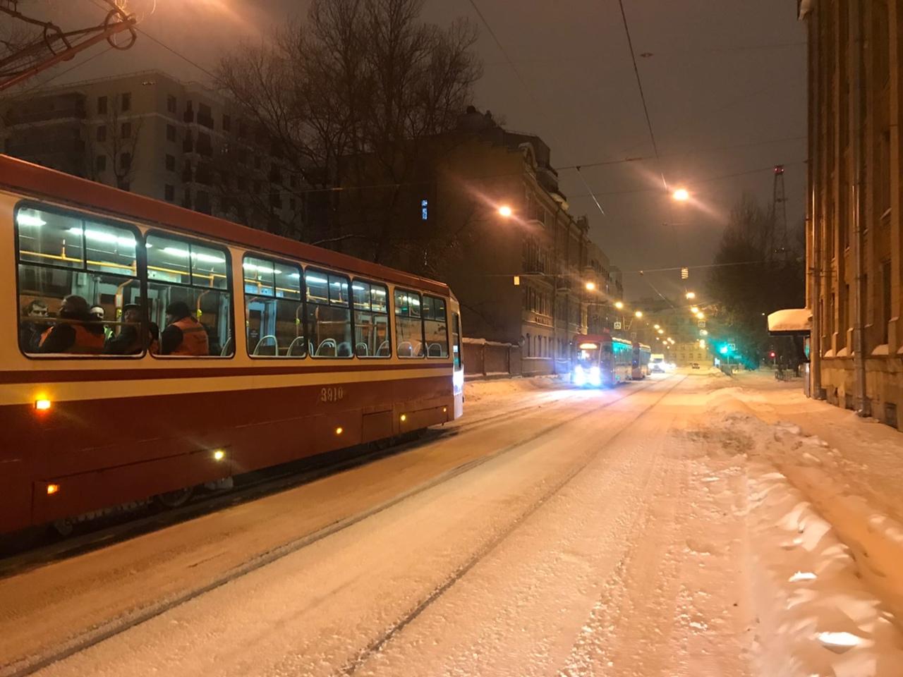 На Котовского делимобиль решил встать в режим ожидания в трамвайном габарите, трамваи встали. Водите...