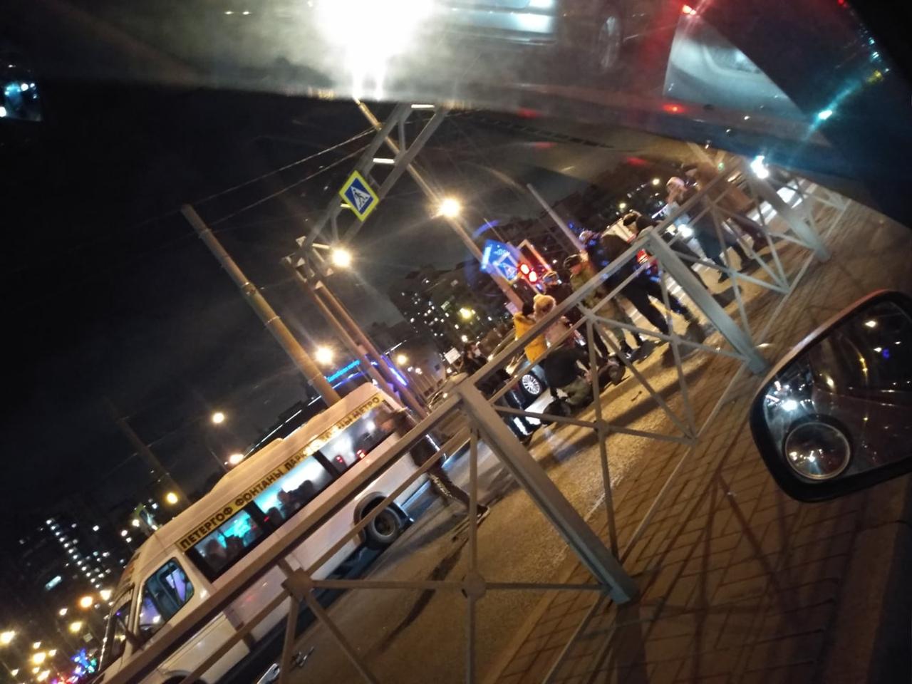 Сбили парня на пешеходном переходе, у ТЦ Жемчужина Плаза. Лежит, не двигается.