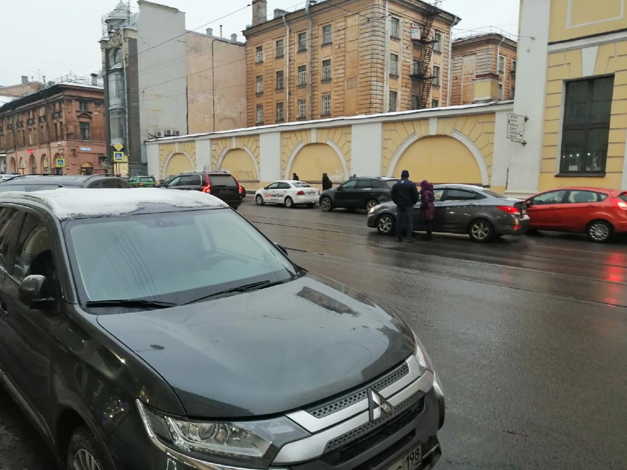 Volvo и Hyundai встретились на Садовой, на трамвайных путях. Трамвай уже один стоит, служб нет, но пр...