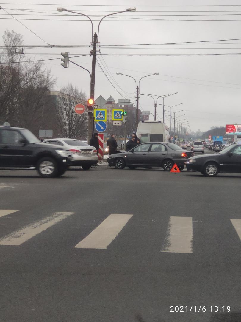 Авария на перекрестке Северного и Есенина. ДПС и скорая на месте.