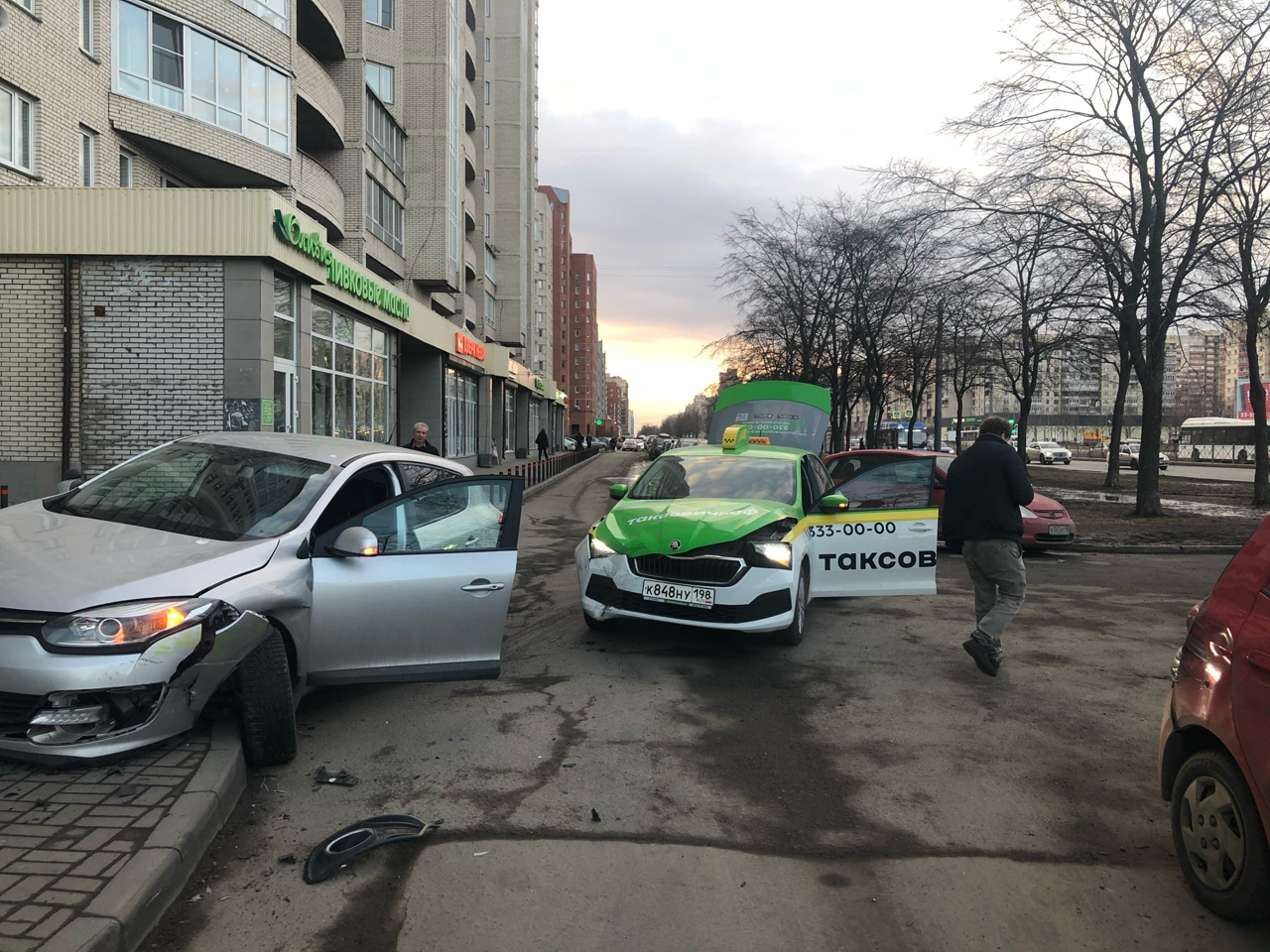 На Маршала Жукова 41 водитель таксовичкоф заезжал во двор со стороны Ленинского проспекта, а помеху...