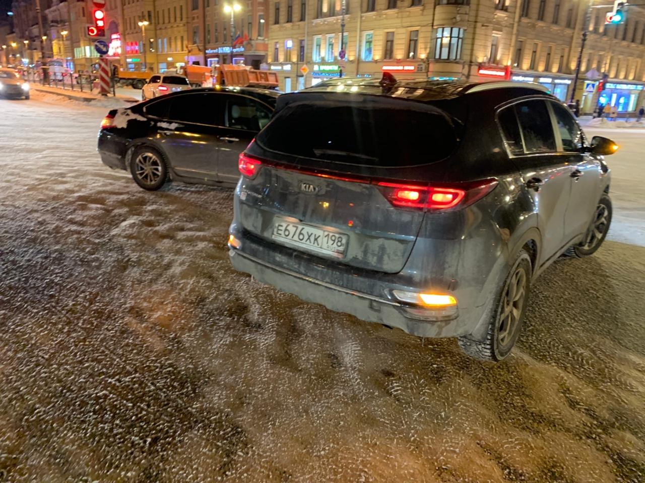 Nissan потрогал колесо у Киа на перекрестке Невского и Лиговского