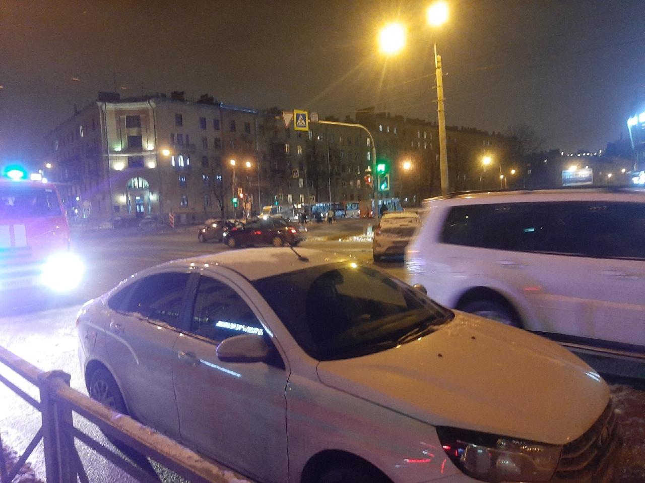 На перекрёстке Шоссе Революции и Среднеохтинского чёрная Honda улетела на встречку. Сначала сидел ...