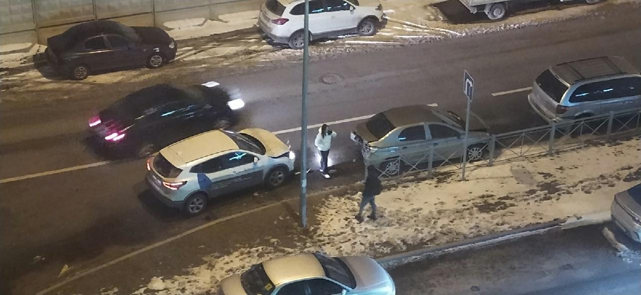 На Плесецкой улице 16, ночью было не спокойно,водитель каршеринга сообразил на 4х,его жертвами стали...