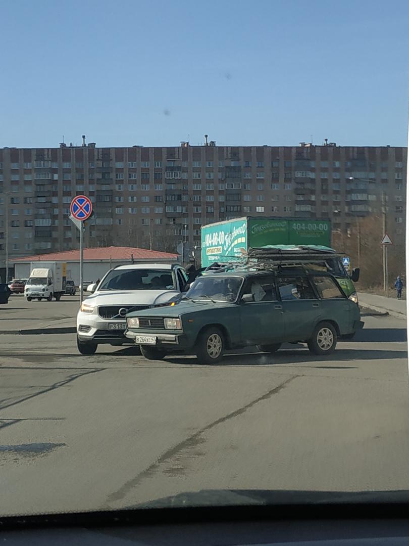 Авария на пересечении Кудровского проезда и Якутской. Главная по Кудровскому проезду.