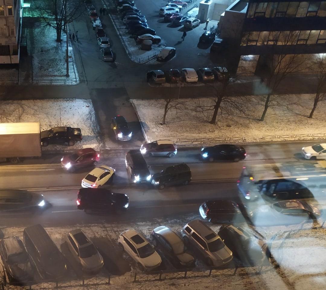 Авария на выезде со двора дома 7 на проспекте Королёва.
