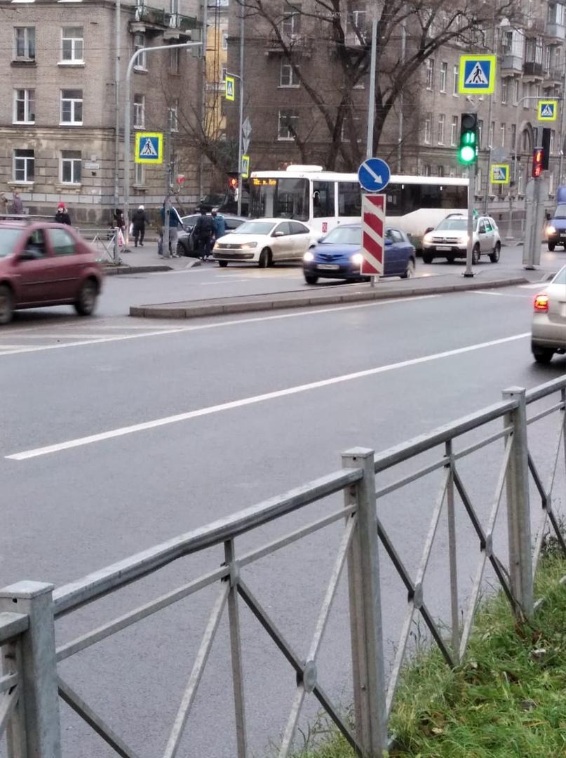 На перекрестке Автовской и Краснопутиловской столкнулись Hyundai и автобус.