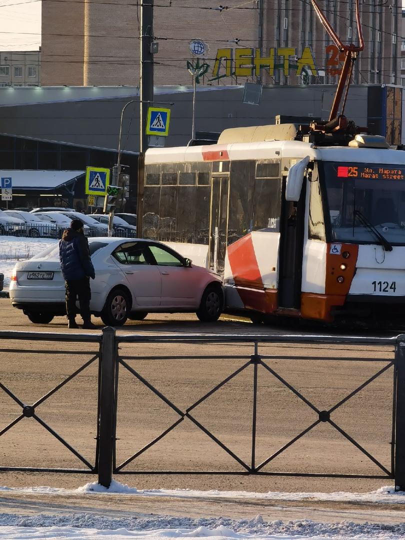 На пересечении Бухарестской и Димитрова Skoda въехала в трамвай. Поворот налево с Бухарестской затр...