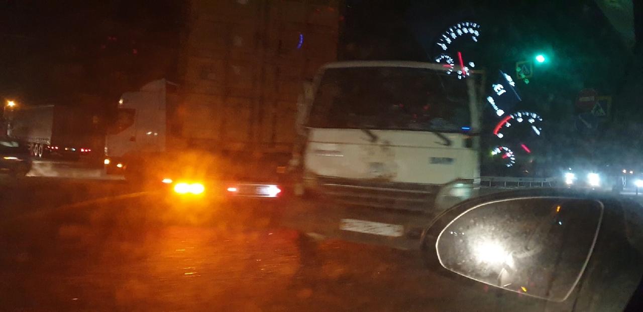 На Московском шоссе, благодаря фуре которая, решила со стороны города развернуться, да не рассчитала...