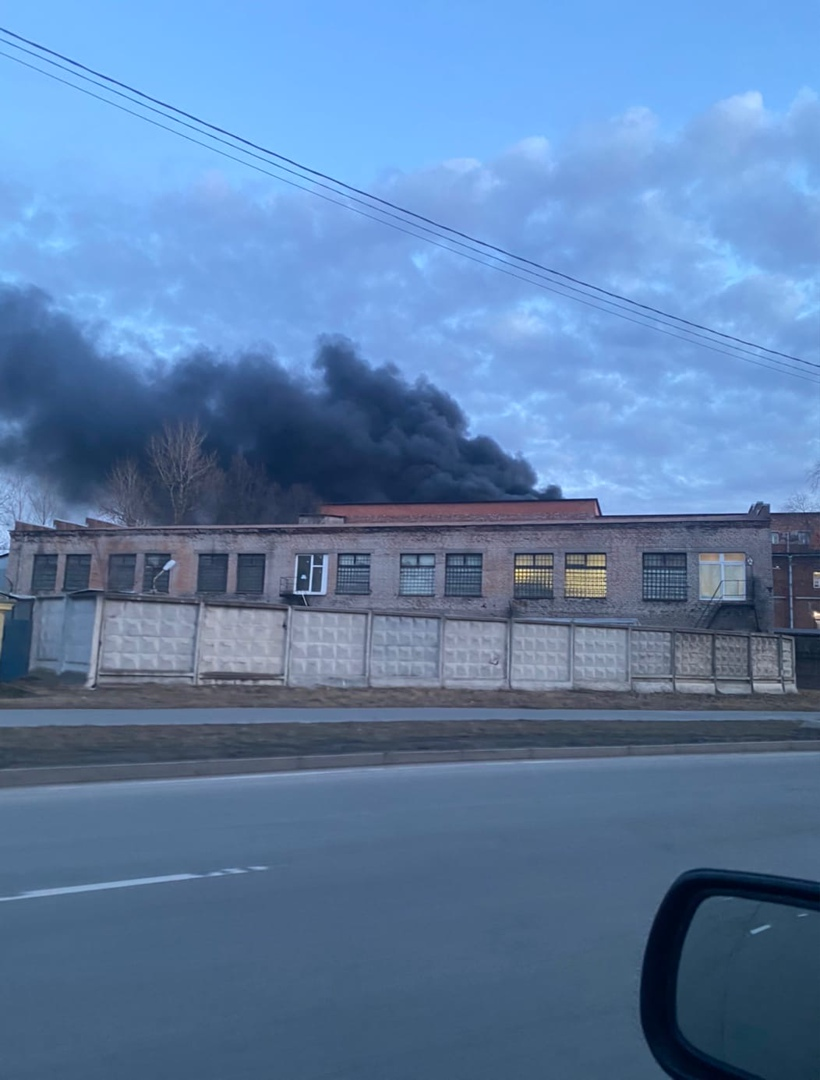 Горит заброшенное здание на Шотландской улице. Хвост дыма тянется аж до Митрофаньевского шоссе.
