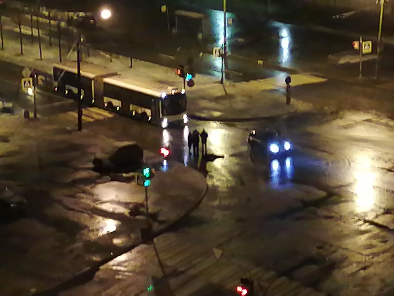 В полночь автомобиль сбил человека на перекрёстке проспекта Кузнецова и Маршала Захарова.