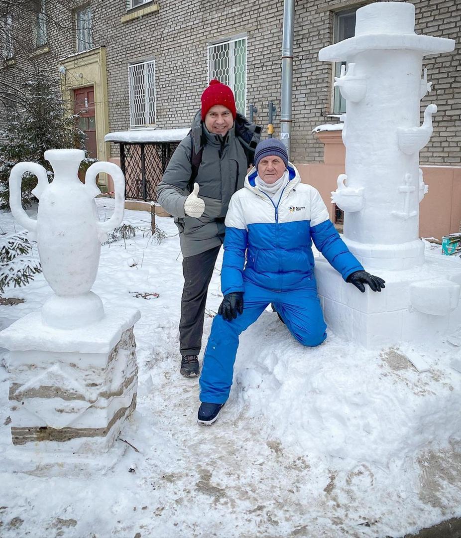Пенсионер Владимир Кузьмин уже много лет создаёт у себя во дворе на Ланском шоссе скульптуры из снег...