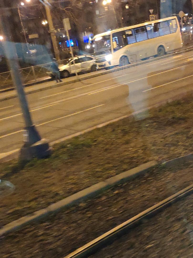 Маршрутка и VW Polo не поделили дорогу на пересечении Трамвайного проспекта и проспекта Стачек ,