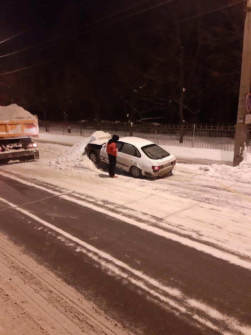 На Малом проспекте В. О. Toyota припарковалась на куче снега