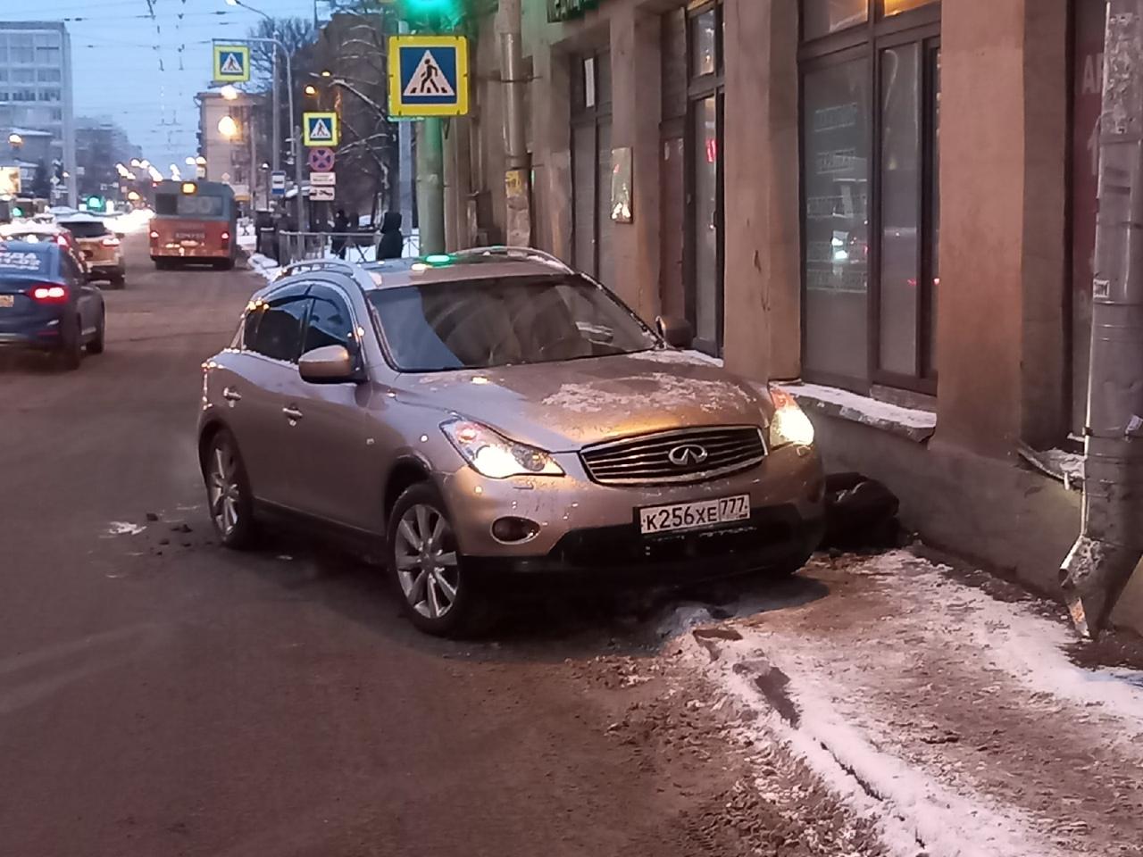 На Кондратьевском перед Жукова, по ходу от Боткинской, в результате заноса автомобиля, водитель допу...