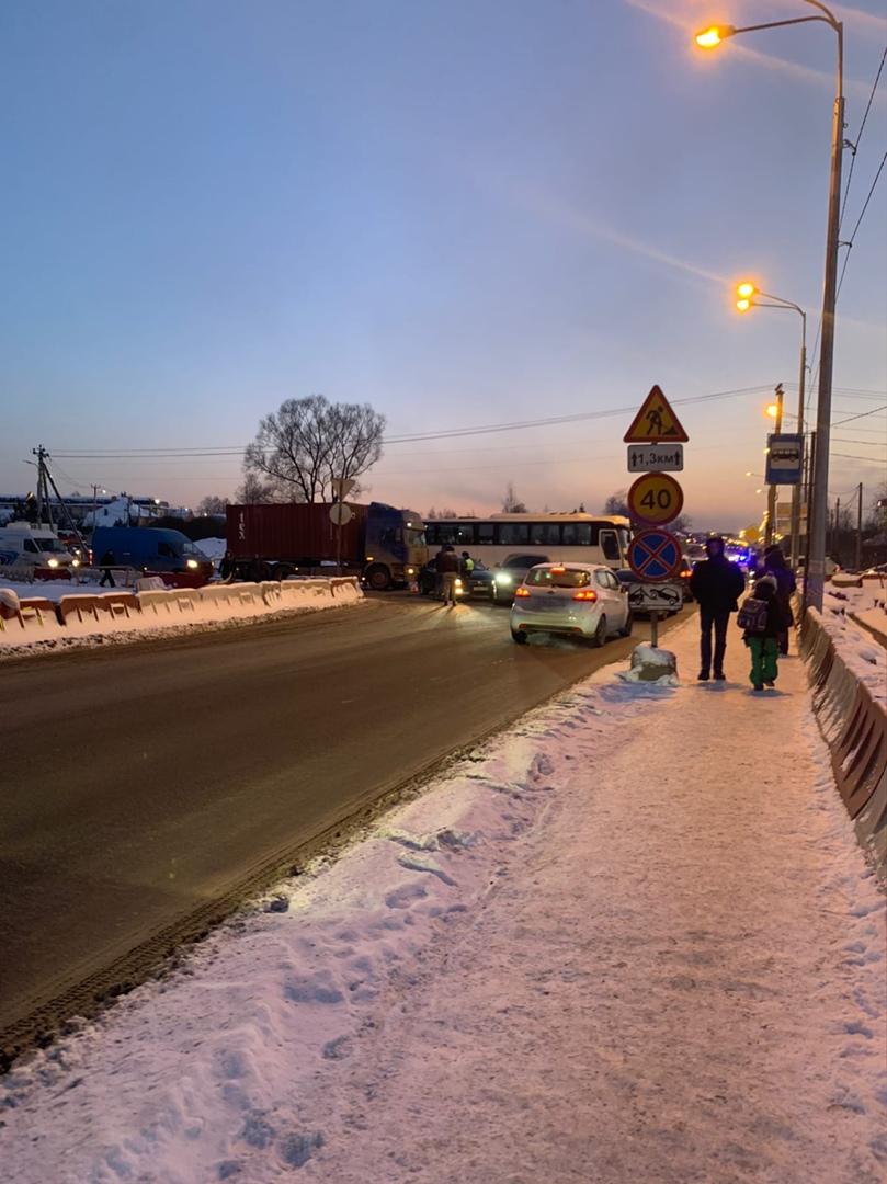ДТП на Таллинском шоссе в сторону Лиговского моста, объезд по встречке, движение транспорта очень за...
