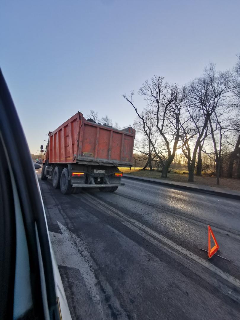На выезде из Солнечного города на Петергофское шоссе, столкнулись Камаз и каршеринг , видать стартан...