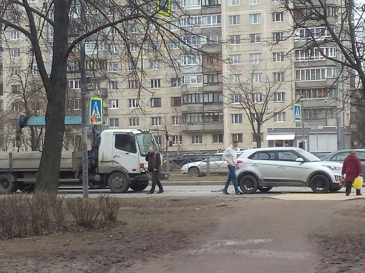 На пешеходном переходе не Гражданском 107к4 манипулятор подтолкнул кроссовер.