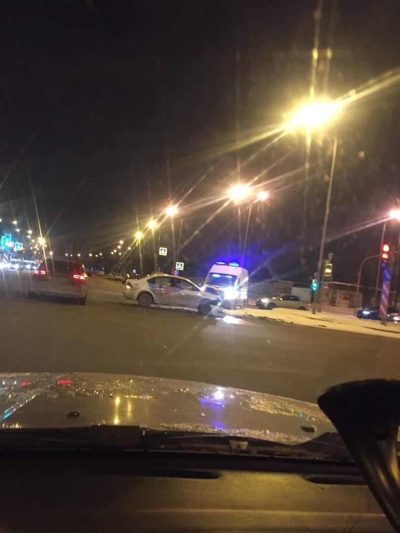 На пересечении Долгоозерной и Парашютной столкнулись такси и другой автомобиль. Вторая машина на газ...