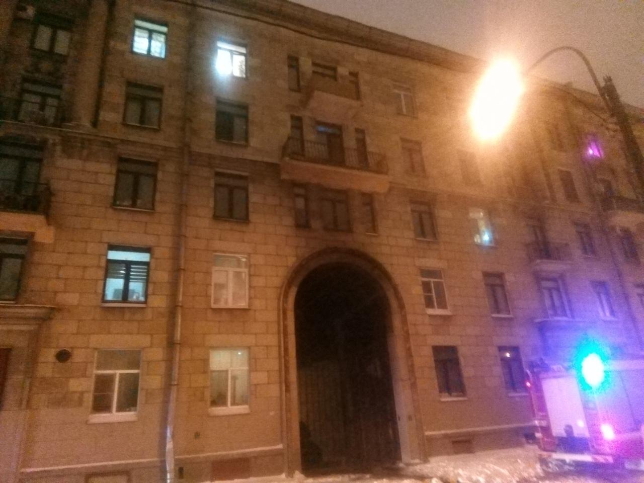 Сгорела машина Каршеринга в подворотне дома 12 по улице Корнеева