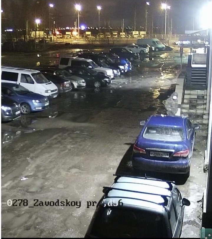 Ночью 15 марта в 0:55 в Колпине на Заводском 56 неизвестный устроил поджог двери офиса страховой ком...