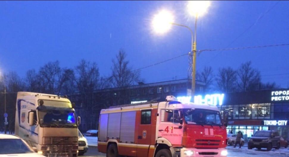 Лютая пробка на Дачном пр. у метро Ветеранов. Мужчина попал под фуру, переходил как бесмертный.