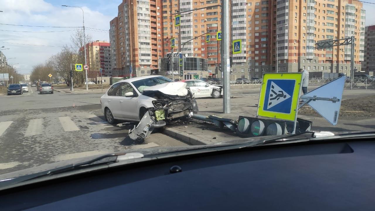 Два Поло сломали светофор в Колпине у Ленты