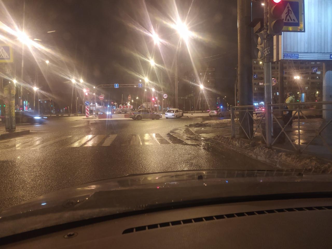 Опять пьяный пытался скрыться от патруля ГИБДД. Не получилось. Авто принял столб на Софийской площад...