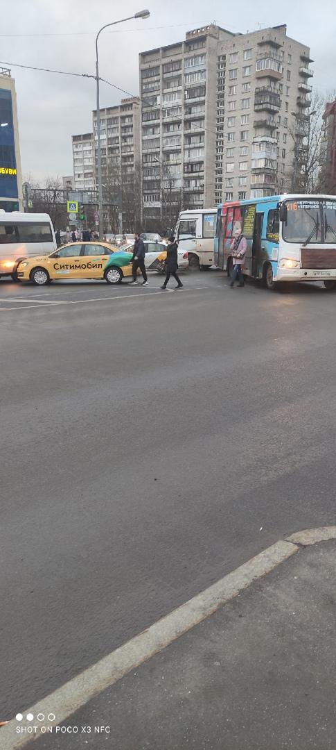 ДТП на перекрёстке Ветеранов и Ополчения, пробка уже до съезда с КАДа