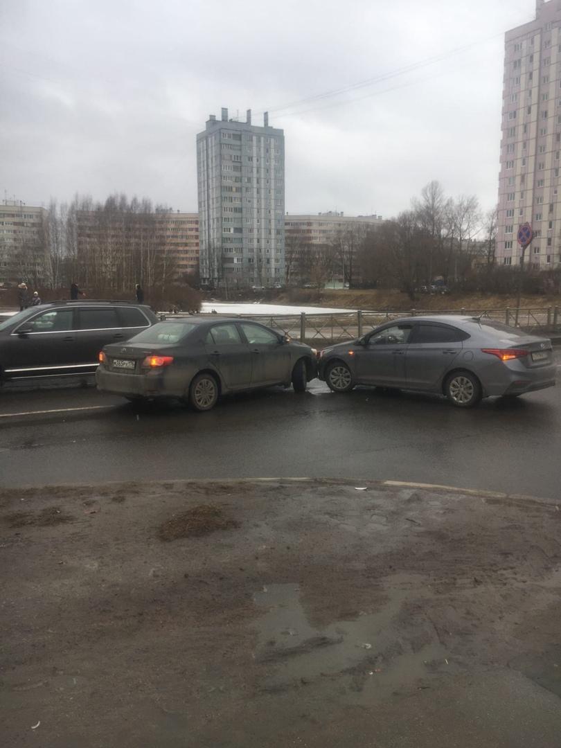 Toyota и Hyundai стоят грустят на Пионерстроя у дома 8. Объезд только по встречке.