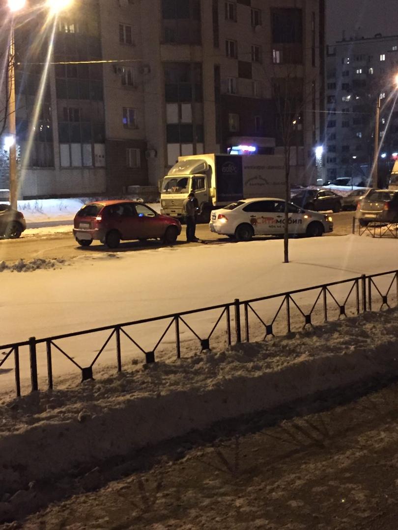 На Шелгунова рядом с музеем Невская Застава авария, объезд по встречке.