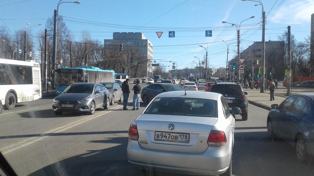 Авария в начале Маршала Казакова у пересечения с проспектом Стачек, близ ТРК Континент.