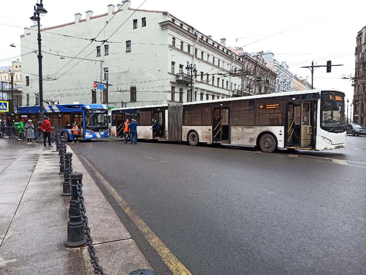 ДТП с участием автобуса и троллейбуса на перекрёстке Суворовского и Невского.