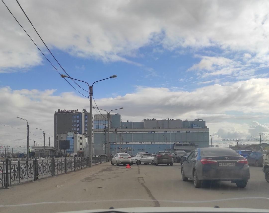 На Балканской 5, на парковке Лада с наклейками Racing въехала в Ford :)