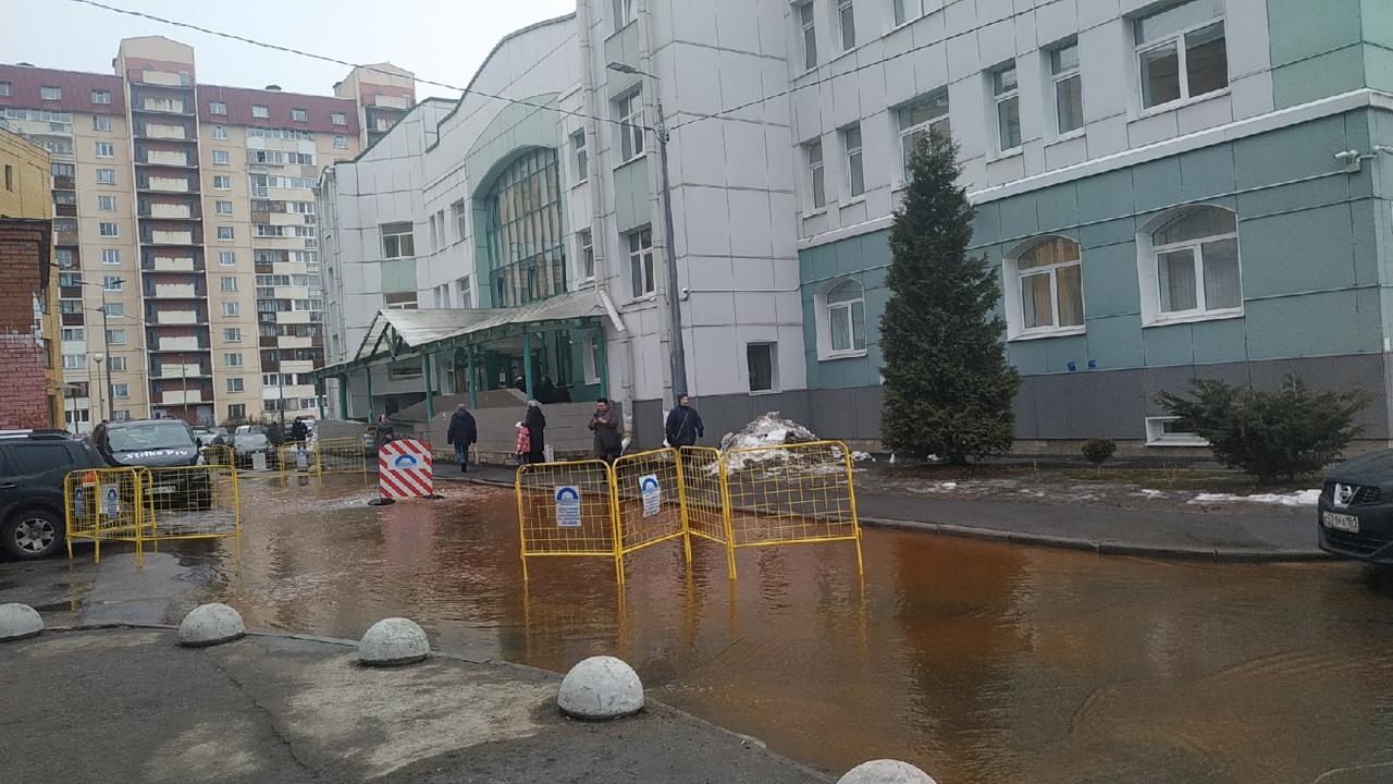 У детской поликлиники №70, на Камышовой 48к2 бьёт гейзер из под люка.. Служб нет...