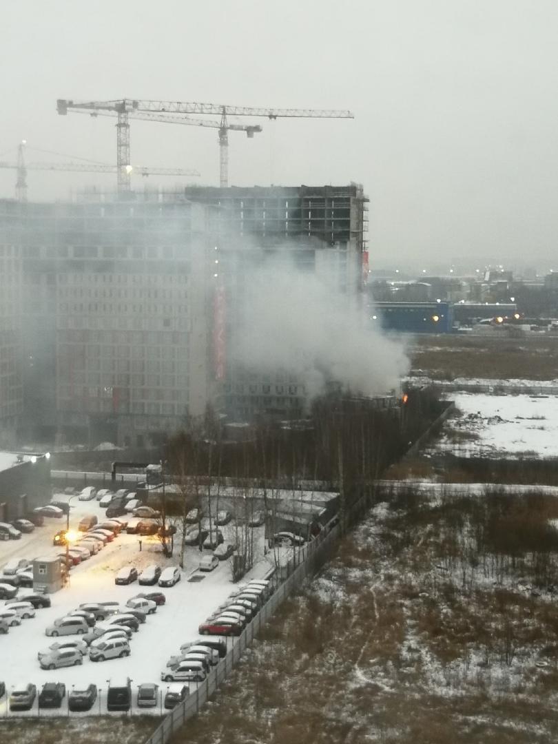 На Парнасе произошло возгорание бытовки на строительной площадке дома по адресу: пр. Энгельса 174 А.